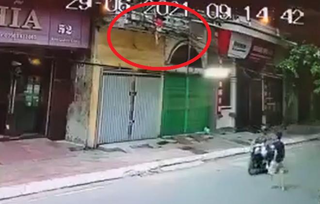 Người đàn ông nhanh tay đỡ em bé rơi từ tầng 2 khiến dân mạng thán phục - 1