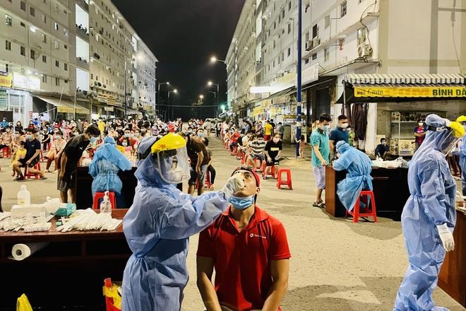 Xuyên đêm xét nghiệm hơn 4.000 dân khu nhà ở xã hội lớn nhất Bình Dương