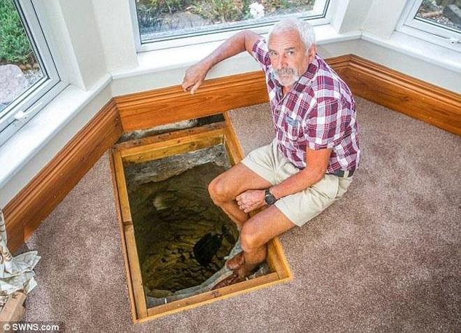Sửa nhà, người đàn ông tìm thấy giếng cổ chứa nhiều kho báu - 1