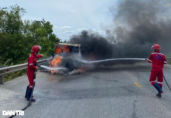 Xe tải bốc cháy dữ dội gần cây xăng - 2
