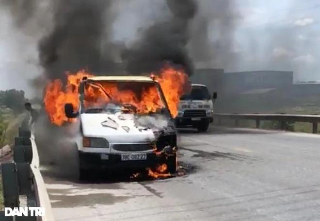 Xe tải bốc cháy dữ dội gần cây xăng - 1
