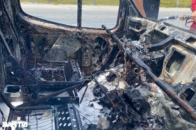 Xe tải bốc cháy dữ dội gần cây xăng - 4