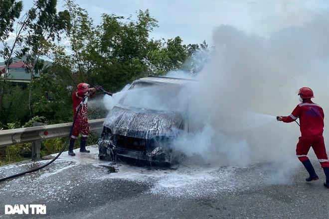 Xe tải bốc cháy dữ dội gần cây xăng - 3