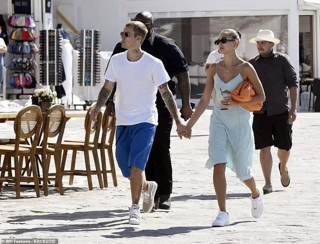 Vệ sĩ đô con theo sát vợ chồng Justin Bieber trong chuyến du lịch 5 sao - 2