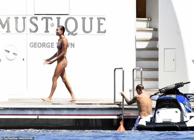 Vệ sĩ đô con theo sát vợ chồng Justin Bieber trong chuyến du lịch 5 sao - 6