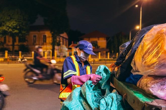 TPHCM: Nữ lao công vừa làm vừa lo giữa mùa dịch Covid-19 - 4