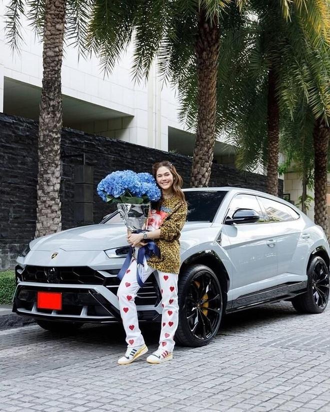 Cuộc sống như mơ của bông hồng lai Thái Lan được chồng tặng siêu xe 17 tỷ - 7