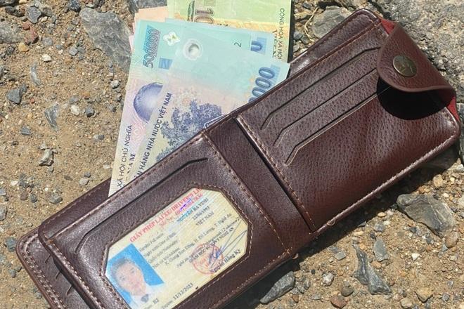 CSGT trả chiếc ví chứa hàng chục triệu đồng cho người đánh mất - 1
