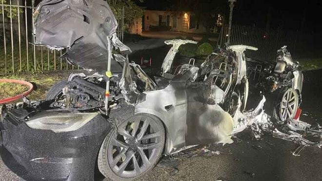 Thêm một vụ cháy xe điện Tesla đầy bí ẩn - 2