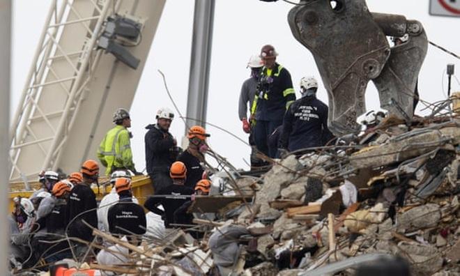Phát hiện tiếng kêu cứu trong đống đổ nát vụ sập chung cư 12 tầng tại Mỹ - 1