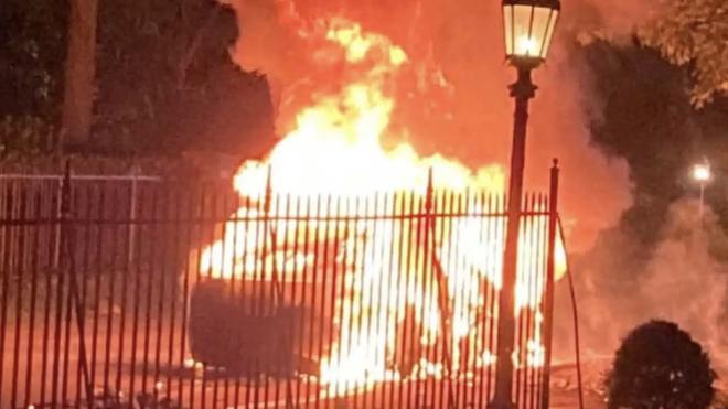 Thêm một vụ cháy xe điện Tesla đầy bí ẩn - 1