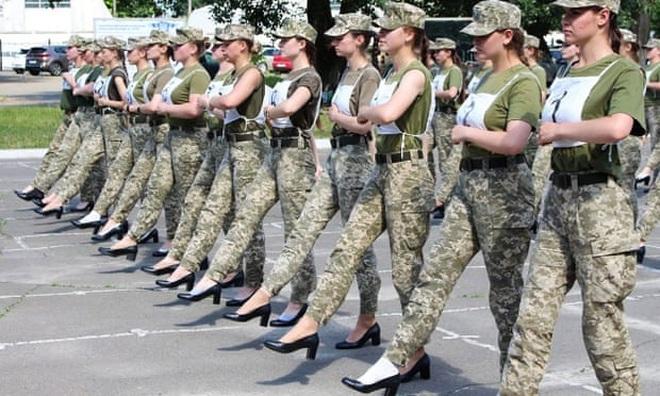 Tranh cãi việc nữ binh sĩ Ukraine đi giày cao gót duyệt binh - 1