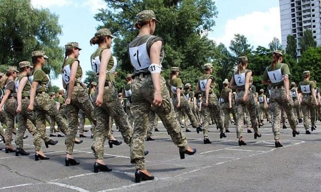 Tranh cãi việc nữ binh sĩ Ukraine đi giày cao gót duyệt binh - 3