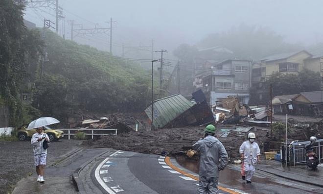 Kinh hoàng khoảnh khắc lở đất cuốn phăng nhà cửa ở Nhật Bản - 2