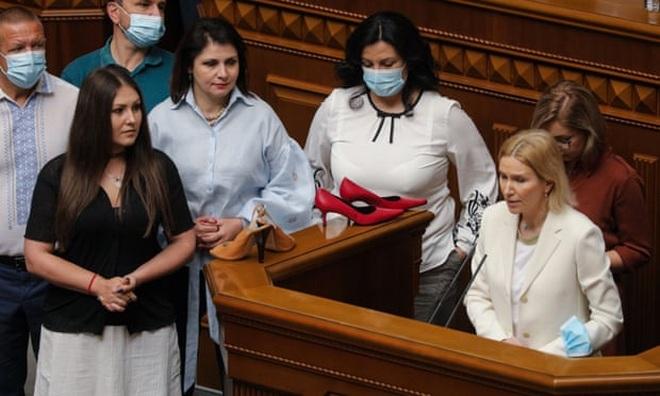 Tranh cãi việc nữ binh sĩ Ukraine đi giày cao gót duyệt binh - 2
