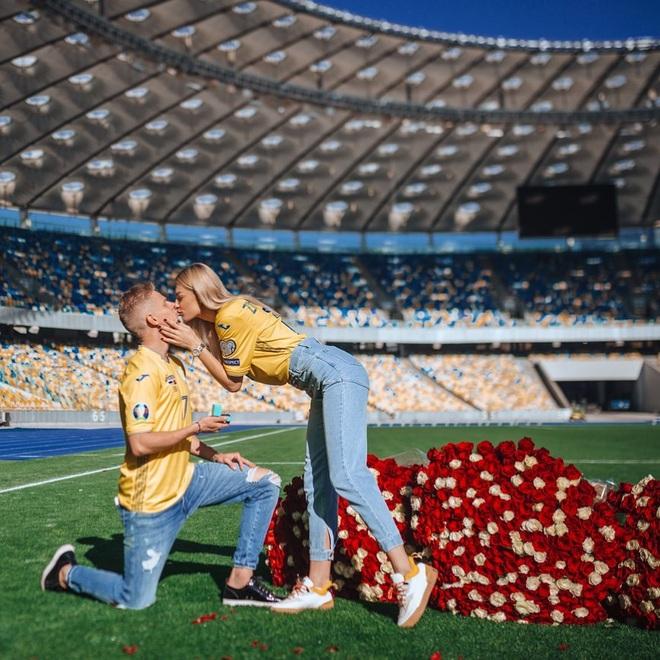 Cô vợ phóng viên nổi tiếng và xinh đẹp của cầu thủ Ukraine - 3