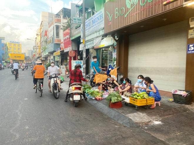 TPHCM: Giá rau xanh tăng vì hàng trăm khu chợ tạm đóng cửa - 3
