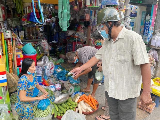 TPHCM: Giá rau xanh tăng vì hàng trăm khu chợ tạm đóng cửa - 2