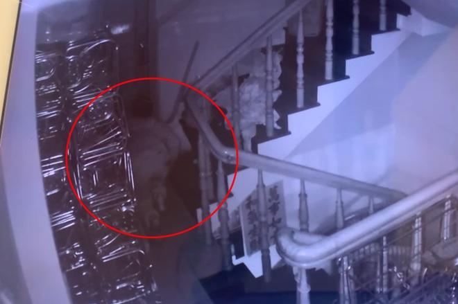 Sau khi khua khoắng, tên trộm thản nhiên ngồi đếm tiền tại nhà gia chủ - 2