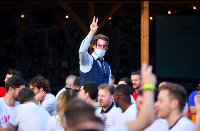 Cổ động viên Anh ngất ngây khi đội nhà vào bán kết Euro 2020 - 14