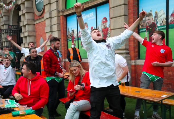 Cổ động viên Anh ngất ngây khi đội nhà vào bán kết Euro 2020 - 2