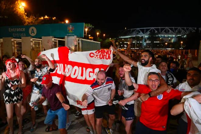 Cổ động viên Anh ngất ngây khi đội nhà vào bán kết Euro 2020 - 4