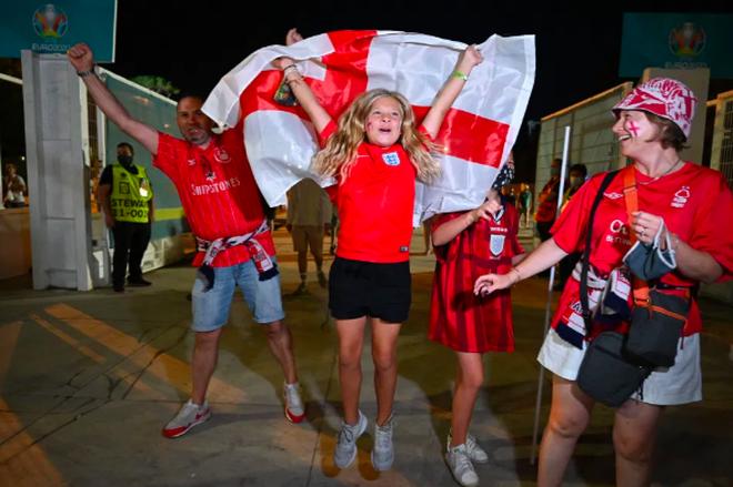 Cổ động viên Anh ngất ngây khi đội nhà vào bán kết Euro 2020 - 3
