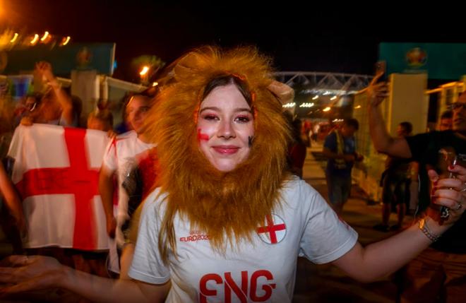Cổ động viên Anh ngất ngây khi đội nhà vào bán kết Euro 2020 - 10