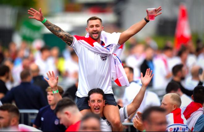 Cổ động viên Anh ngất ngây khi đội nhà vào bán kết Euro 2020 - 11