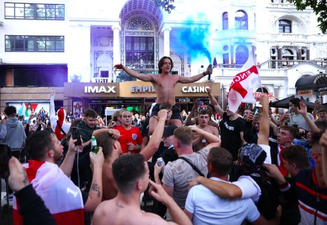 Cổ động viên Anh ngất ngây khi đội nhà vào bán kết Euro 2020 - 5