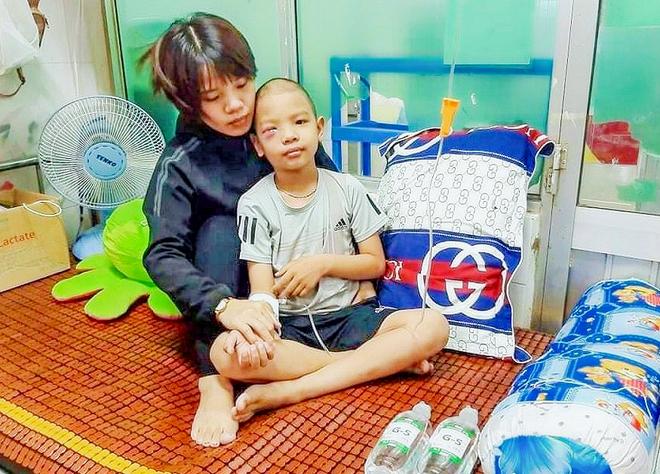 Cậu bé 7 tuổi tái ung thư: Mẹ vào thuốc... con mới sống được - 5