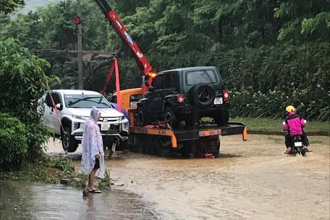 Hàng loạt ô tô chìm nghỉm trong biển nước ở thành phố Lào Cai - 2
