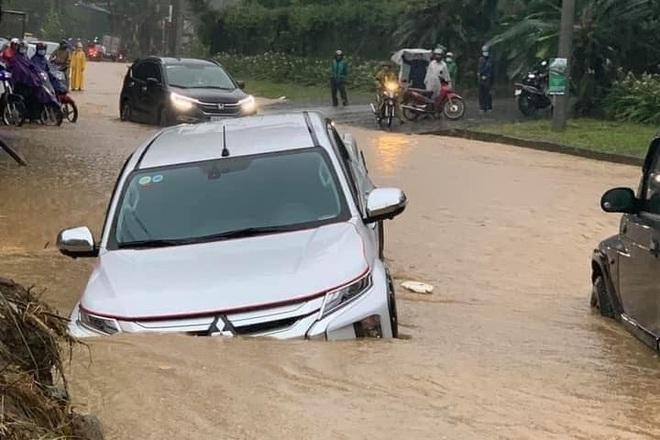 Hàng loạt ô tô chìm nghỉm trong biển nước ở thành phố Lào Cai - 3