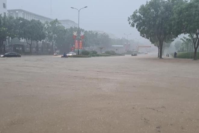Hàng loạt ô tô chìm nghỉm trong biển nước ở thành phố Lào Cai - 4