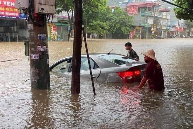 Hàng loạt ô tô chìm nghỉm trong biển nước ở thành phố Lào Cai - 1