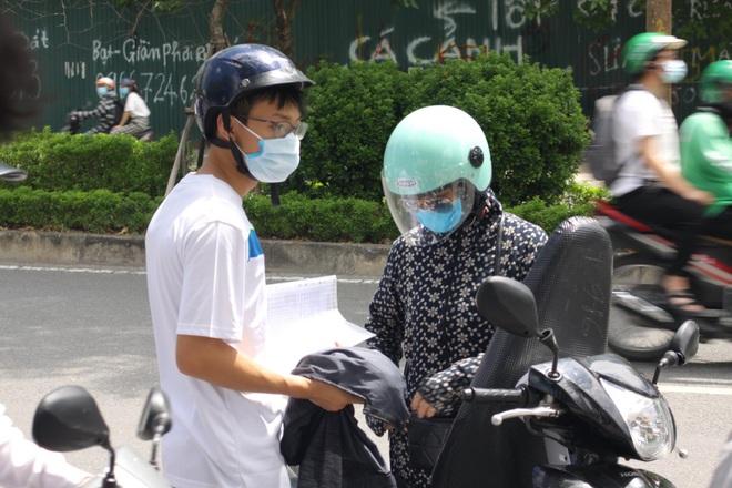 Hà Nội: Phụ huynh nghỉ làm, vạ vật ngồi cổng trường đợi con làm thủ tục thi - 9