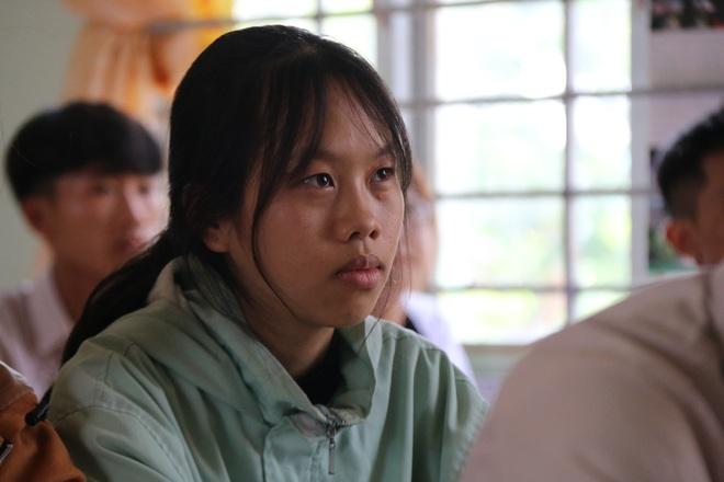 Nữ sinh Phạm Thị Thu Hà nén nỗi đau mất người thân để đi thi tốt nghiệp.