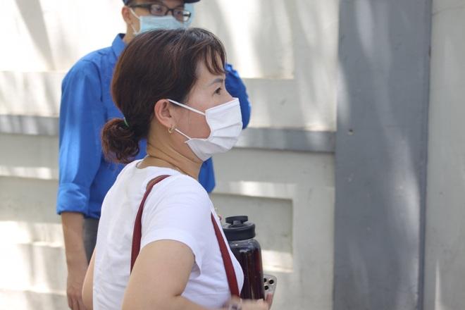 Hà Nội: Phụ huynh nghỉ làm, vạ vật ngồi cổng trường đợi con làm thủ tục thi - 4
