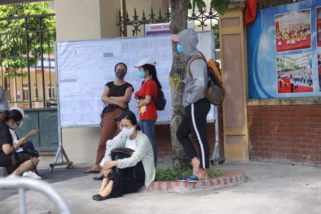 Hà Nội: Phụ huynh nghỉ làm, vạ vật ngồi cổng trường đợi con làm thủ tục thi - 7