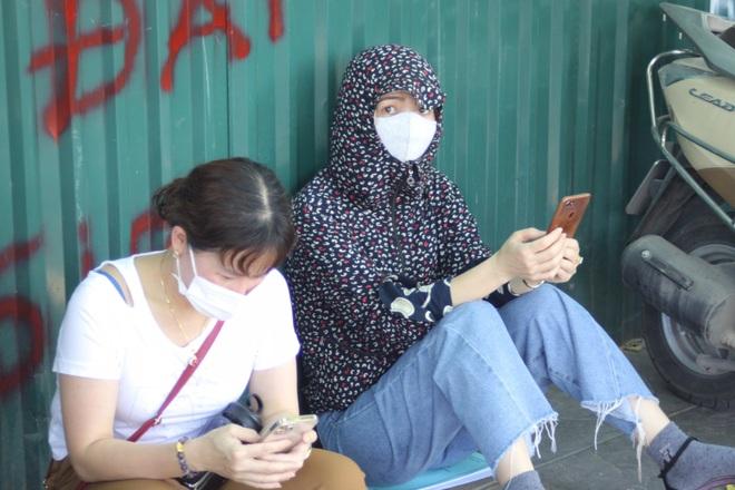 Hà Nội: Phụ huynh nghỉ làm, vạ vật ngồi cổng trường đợi con làm thủ tục thi - 5