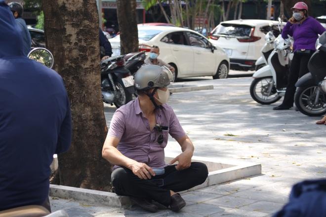 Hà Nội: Phụ huynh nghỉ làm, vạ vật ngồi cổng trường đợi con làm thủ tục thi - 6