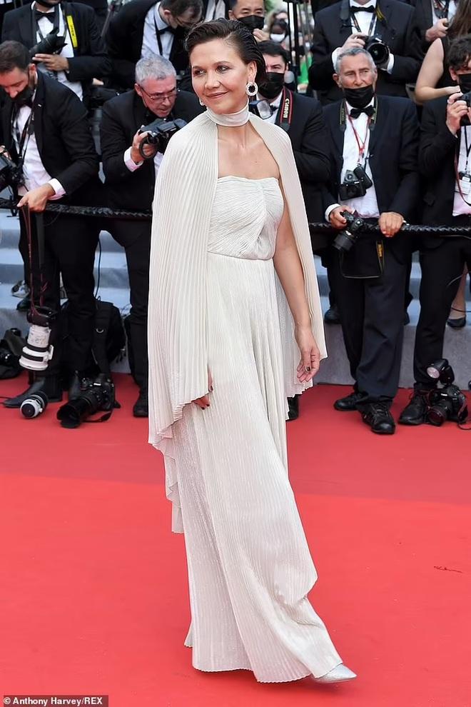 Người đẹp gây sốc khi lộ ngực phản cảm trên thảm đỏ LHP Cannes
