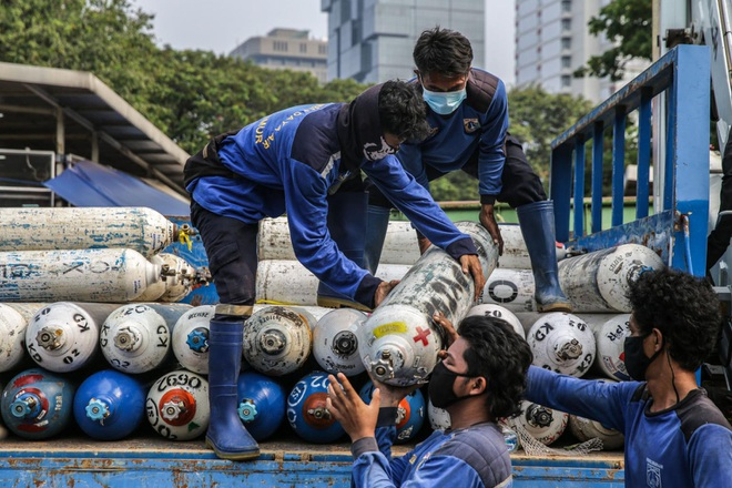 Bệnh viện vỡ trận, Indonesia đứng trước thảm kịch Covid-19 tồi tệ nhất - 2