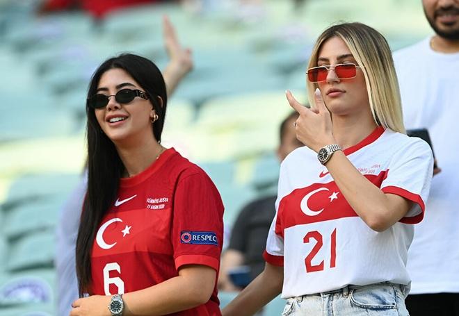 Những nữ cổ động viên xinh đẹp tỏa sáng trên khán đài Euro 2020 - 1