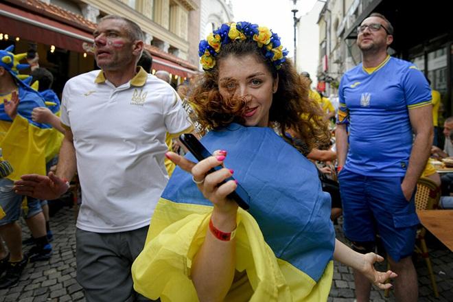 Những nữ cổ động viên xinh đẹp tỏa sáng trên khán đài Euro 2020 - 4