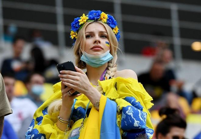 Những nữ cổ động viên xinh đẹp tỏa sáng trên khán đài Euro 2020 - 5