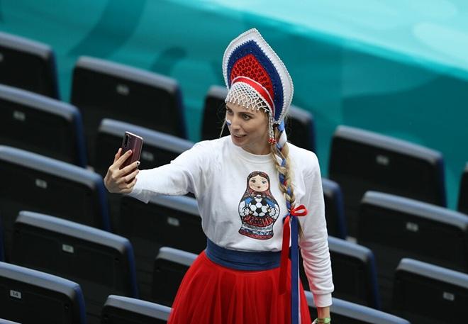 Những nữ cổ động viên xinh đẹp tỏa sáng trên khán đài Euro 2020 - 9