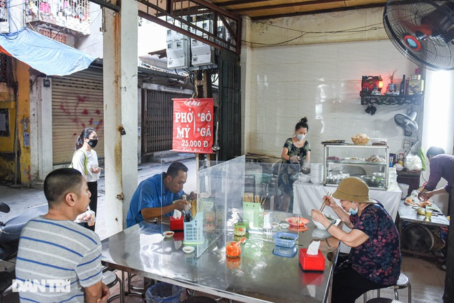 The rare commercial pho restaurant left in Hanoi, sold out for 2 hours a day - 1