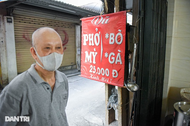 The rare commercial noodle shop left in Hanoi, sold out for 2 hours a day - 2
