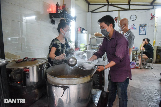 Rare commercial noodle shop left in Hanoi, sold out 2 hours a day - 4